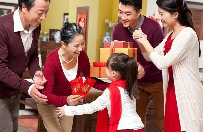 Quà tặng ngày tết cho bố mẹ - quần áo vải vóc